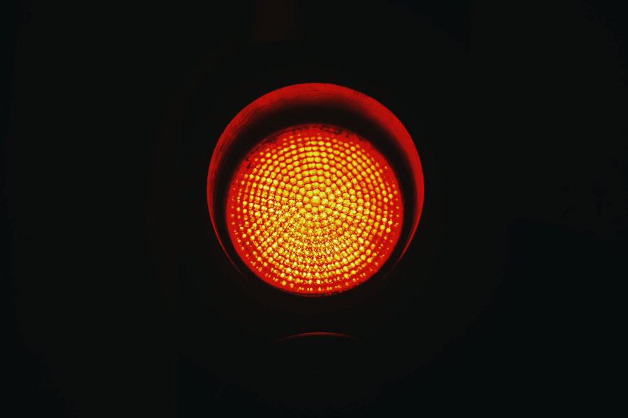 Sinal vermelho dos processos financeiros em ERP