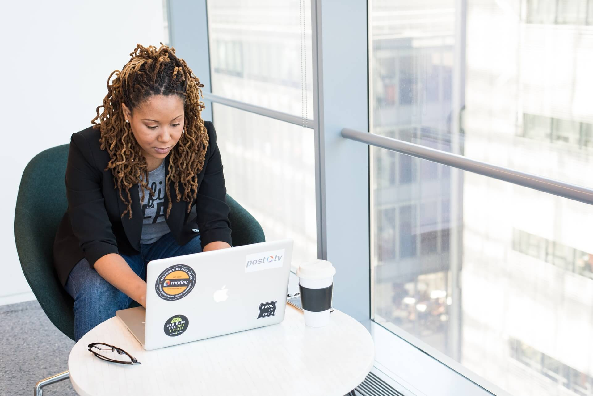 Mulher negra digitando em um notebook