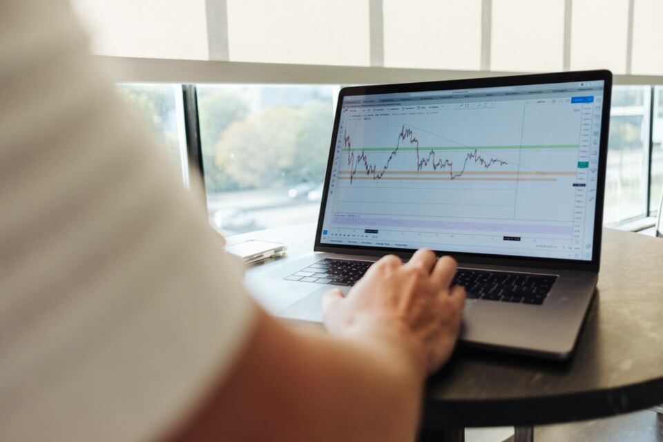 homem trabalhando em gráficos financeiros