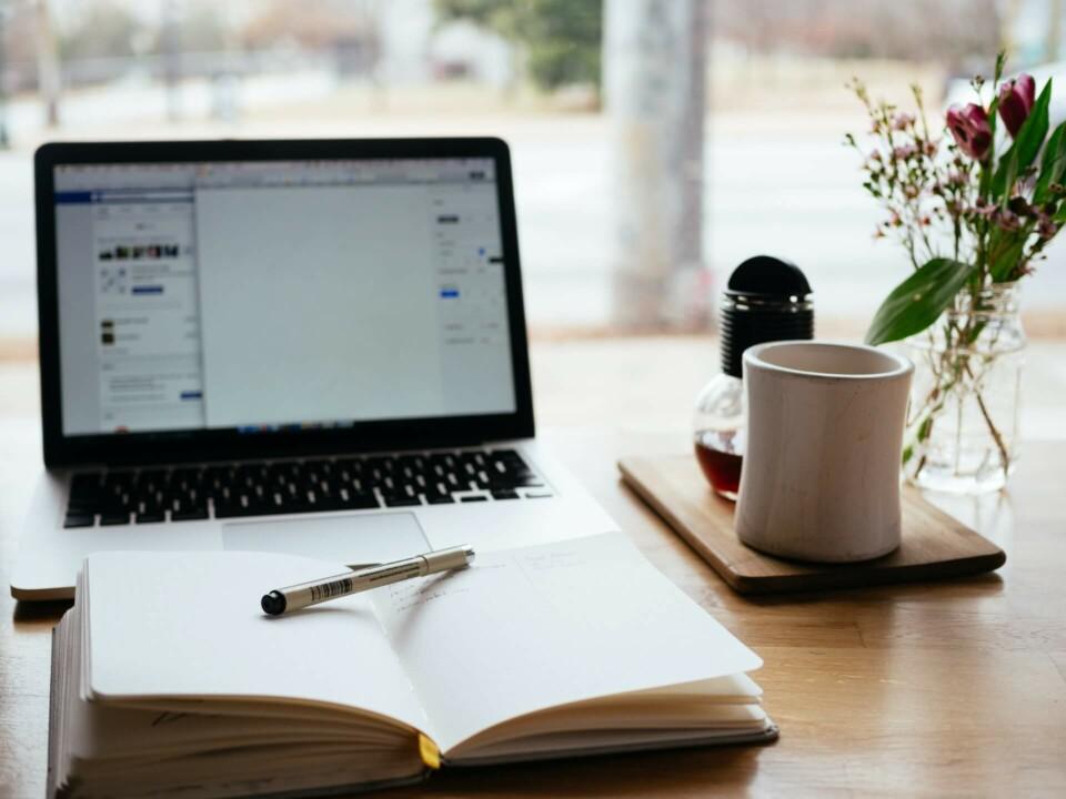Caderno e computador para gestão de conteúdo