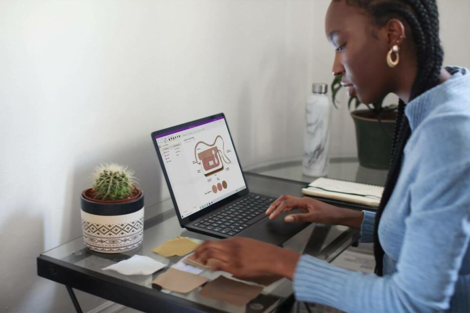 mulher trabalhando em computador em home office