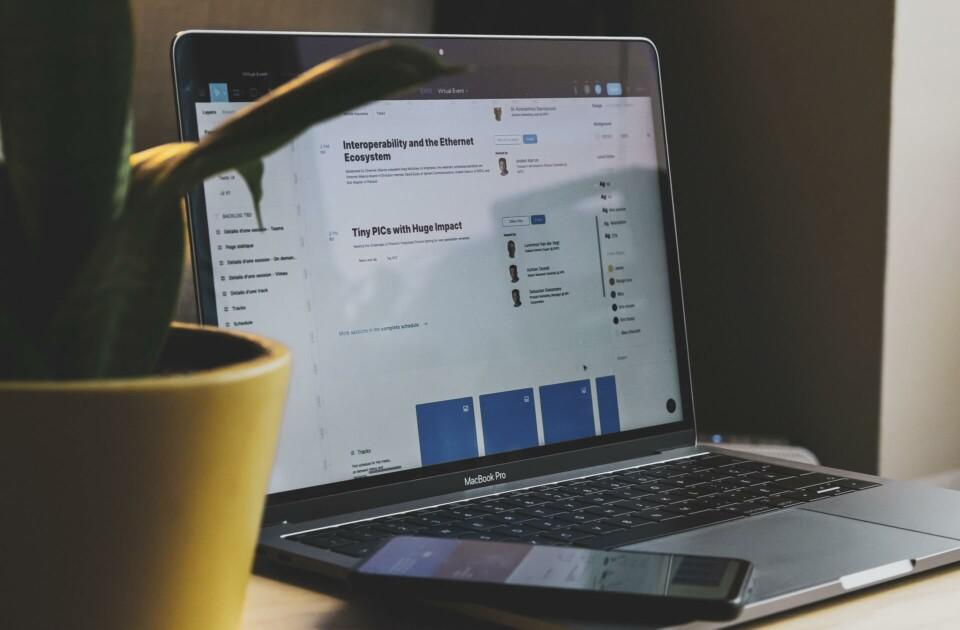 Tela de computador com informações em preto e azul